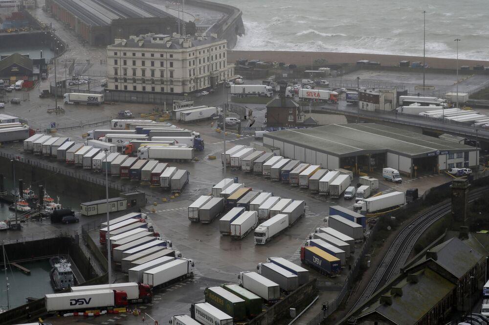 Ciężarówki w zamkniętym porcie Dover w Wielkiej Brytanii