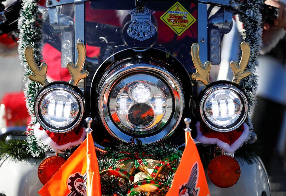 Motocykl Harley Davidson podczas świątecznej parady w Tokio
