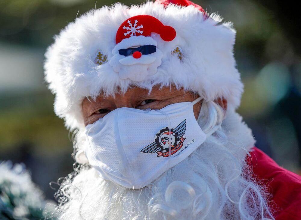 Mężczyzna przebrany za Świętego Mikołaja podczas parady bożonarodzeniowej w Tokio