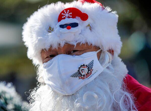 Mężczyzna przebrany za Świętego Mikołaja podczas parady bożonarodzeniowej w Tokio - Sputnik Polska
