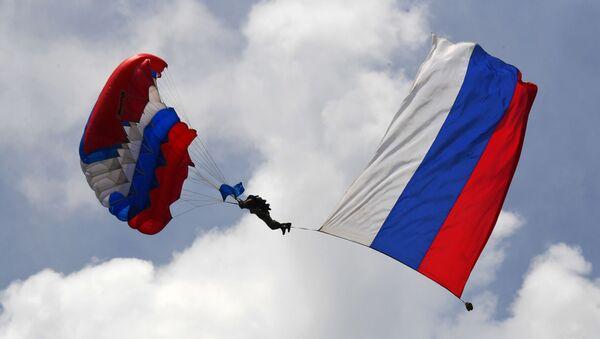 Spadochroniarz podczas pokazów z okazji obchodów Dnia Sił Powietrznych w 83. Oddzielnej Brygadzie Szturmowej Gwardii  - Sputnik Polska