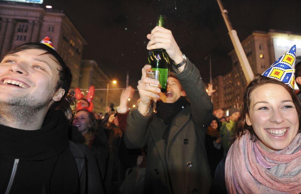 Polacy z szampanem w Sylwestra na ulicach Warszawy