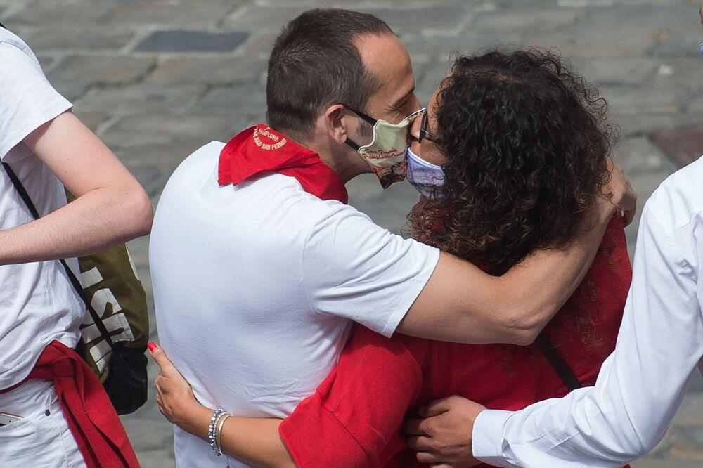Pocałunek w maskach ochronnych