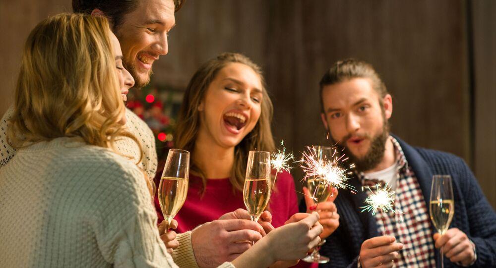 Młodzi ludzie z szampanem