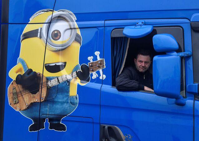 Kierowca ciężarówki z Polski podczas przymusowego postoju w Ashford w Wielkiej Brytanii