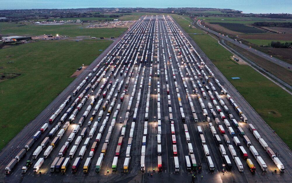 Widok z lotu ptaka na zaparkowane ciężarówki na pasie startowym na lotnisku w Manston w Wielkiej Brytanii