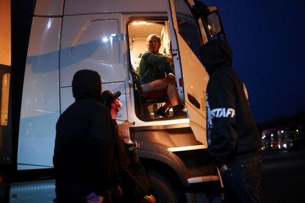 Kierowca ciężarówki z Czech podczas przymusowego postoju w Ashford w Wielkiej Brytanii - Sputnik Polska