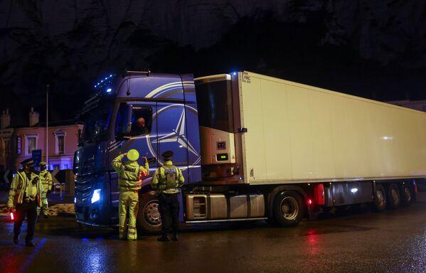 Policjanci przy ciężarówce w Dover w Wielkiej Brytanii - Sputnik Polska