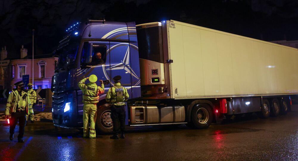 Policjanci przy ciężarówce w Dover w Wielkiej Brytanii