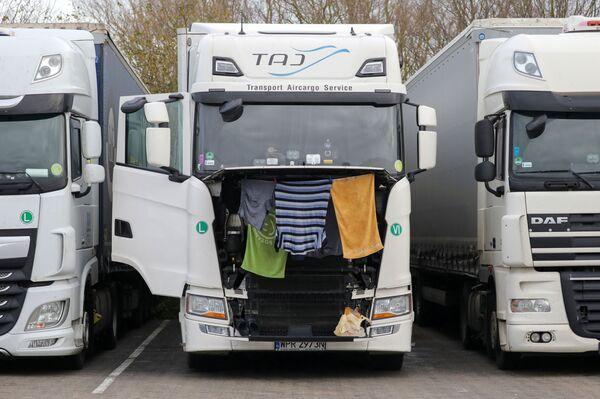 Ubrania i ręczniki są suszone na ciężarówce na postoju ciężarówek w Ashford - Sputnik Polska