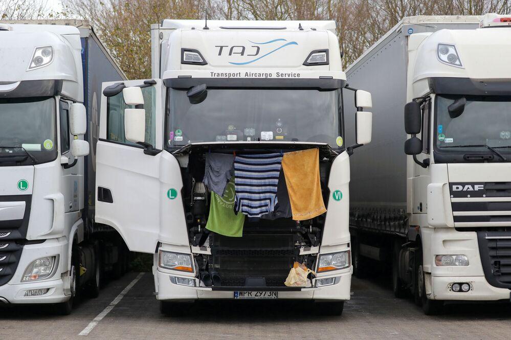 Ubrania i ręczniki są suszone na ciężarówce na postoju ciężarówek w Ashford
