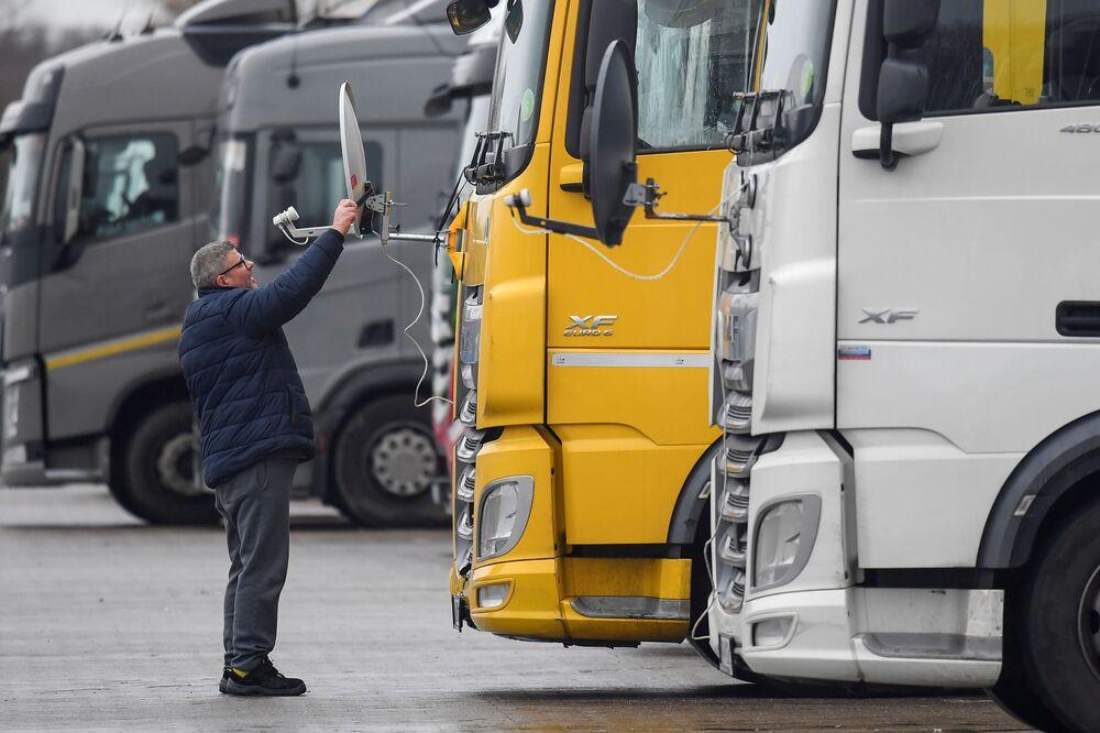 Węgierski kierowca ciężarówki instaluje antenę na swojej ciężarówce w Wielkiej Brytanii