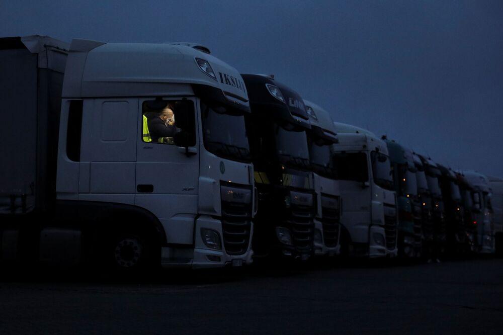 Kierowca odpoczywa w swojej ciężarówce w Wielkiej Brytanii