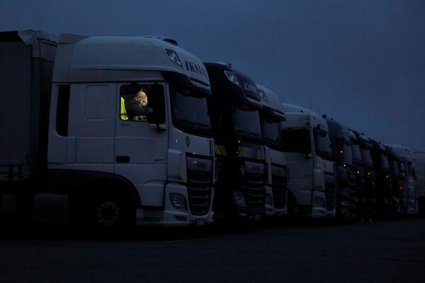 Kierowca odpoczywa w swojej ciężarówce w Wielkiej Brytanii - Sputnik Polska
