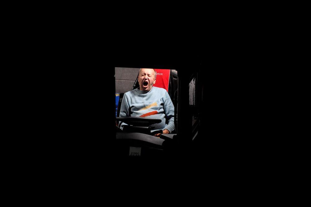Kierowca ziewa w ciężarówce na autostradzie M20 w Wielkiej Brytanii