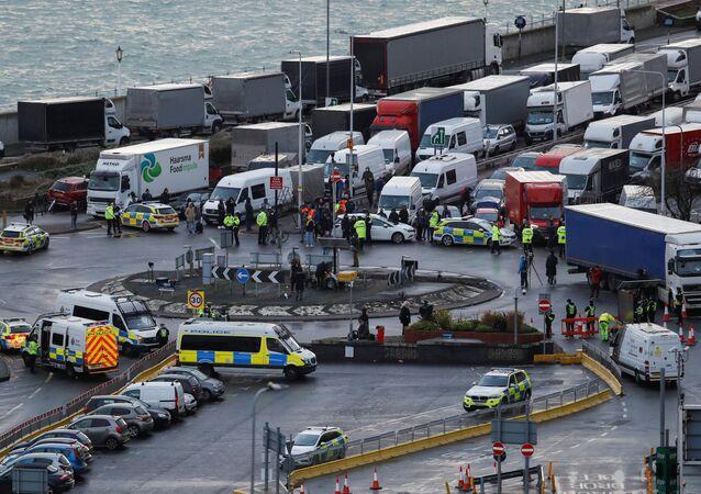 Ciężarówki w brytyjskim porcie Dover