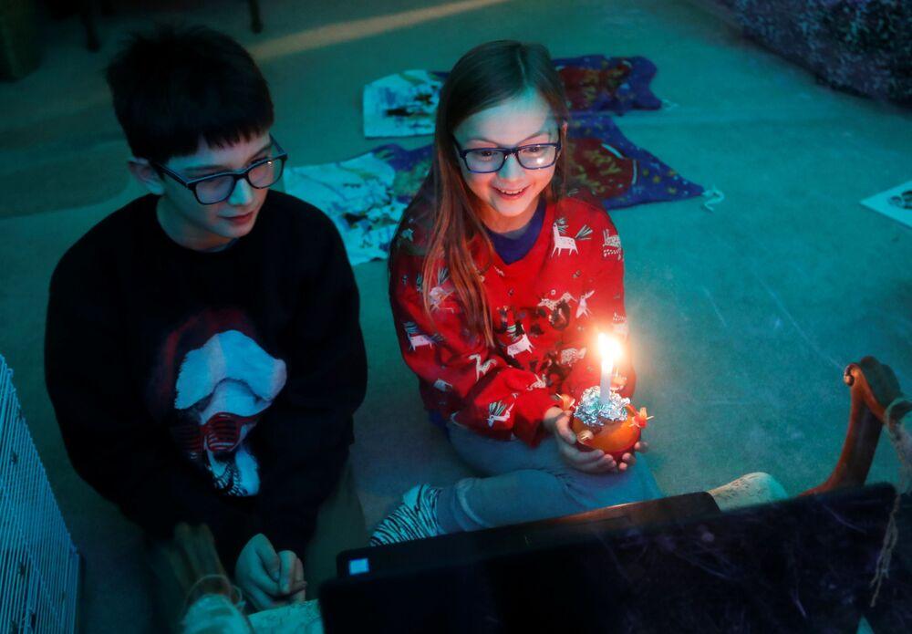 Dzieci oglądają mszę wigilijną Christingle w Wielkiej Brytanii