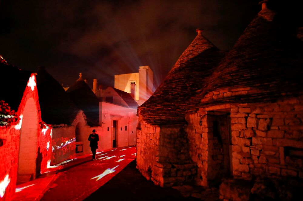 Świąteczna iluminacja w wiosce Alberobello we Włoszech