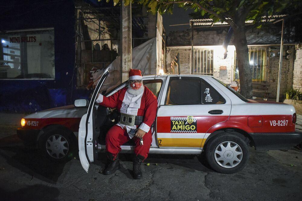 Taksówkarz w stroju św. Mikołaja w Boca del Rio