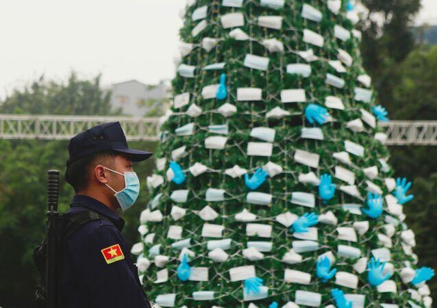 Choinki ozdobione maskami i rękawiczkami, Hanoi, Wietnam