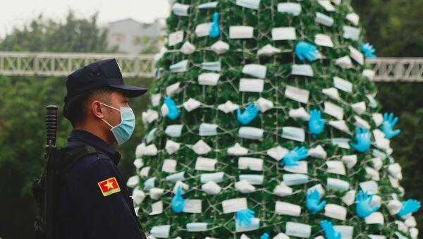 Choinki ozdobione maskami i rękawiczkami, Hanoi, Wietnam - Sputnik Polska