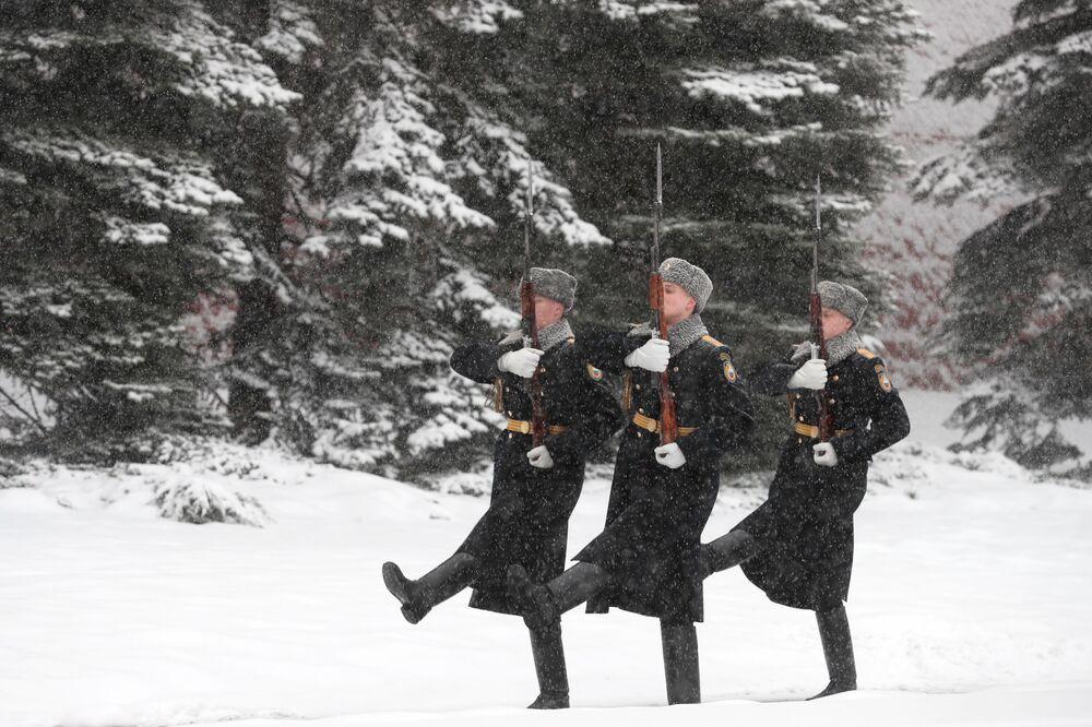 Warta honorowa w Ogrodzie Aleksandrowskim w Moskwie
