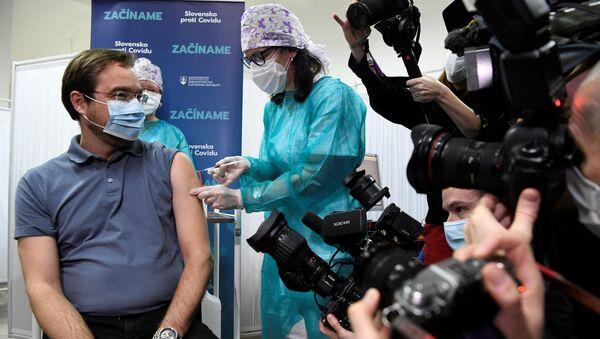 Minister zdrowia Słowacji Marek Krajčí przyjmuje zastrzyk szczepionki Pfizer-BioNTech - Sputnik Polska