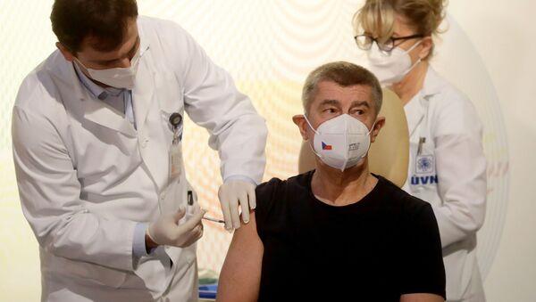 Premier Czech Andrej Babiš podczas szczepienia przeciwko koronawirusowi - Sputnik Polska