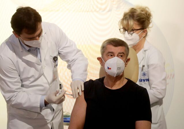 Premier Czech Andrej Babiš podczas szczepienia przeciwko koronawirusowi