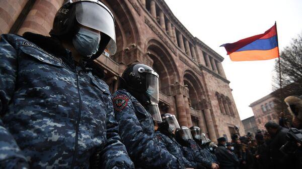 Policjanci w korekcie przed budynkiem rządu Armenii podczas wiecu opozycji na Placu Republiki w Erywaniu - Sputnik Polska
