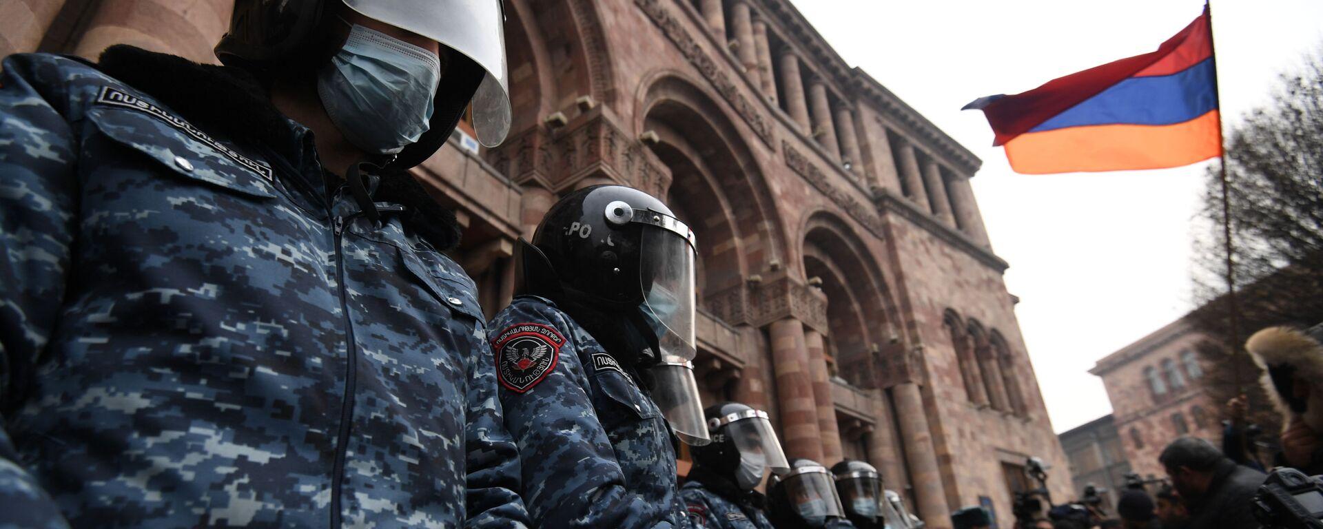 Policjanci w korekcie przed budynkiem rządu Armenii podczas wiecu opozycji na Placu Republiki w Erywaniu - Sputnik Polska, 1920, 11.01.2021