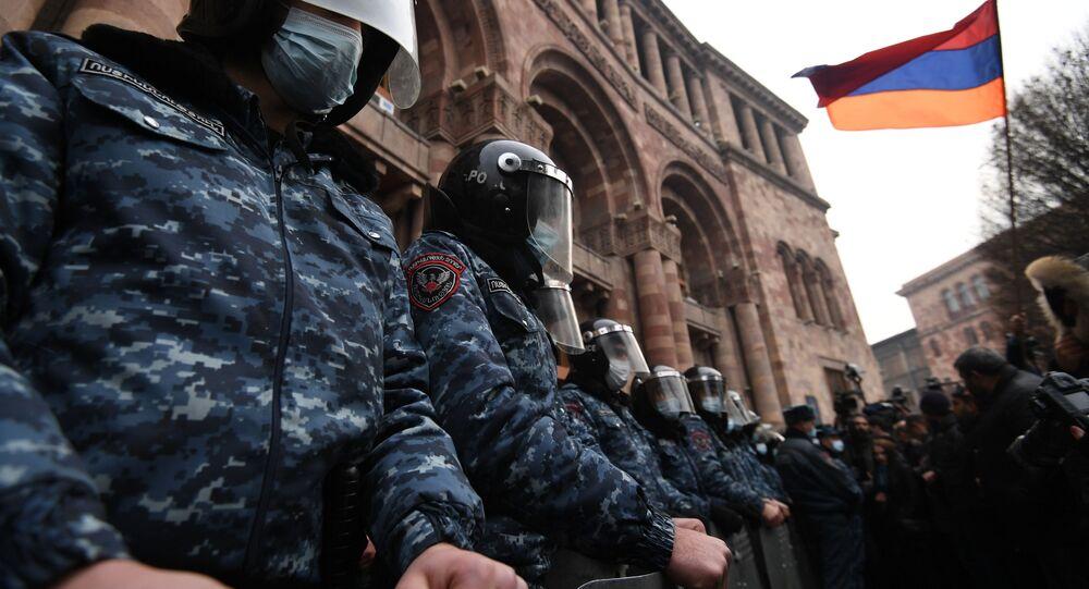 Policjanci w korekcie przed budynkiem rządu Armenii podczas wiecu opozycji na Placu Republiki w Erywaniu.