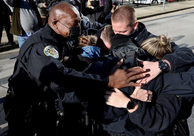 Policja w Nashville po konferencji prasowej w sprawie wybuchu domu na kołach
