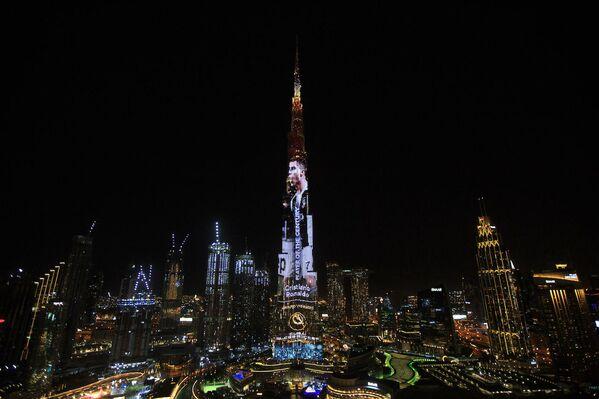 Widok na Burj Khalifa, najwyższy wieżowiec świata, oświetlony wizerunkiem portugalskiego piłkarza Cristiano Ronaldo w Dubaju - Sputnik Polska