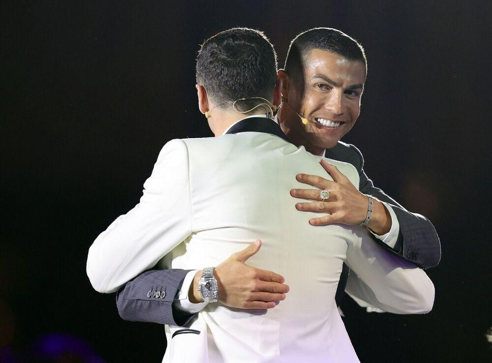 Cristiano Ronaldo obejmuje Roberta Lewandowskiego na gali Globe Soccer Awards