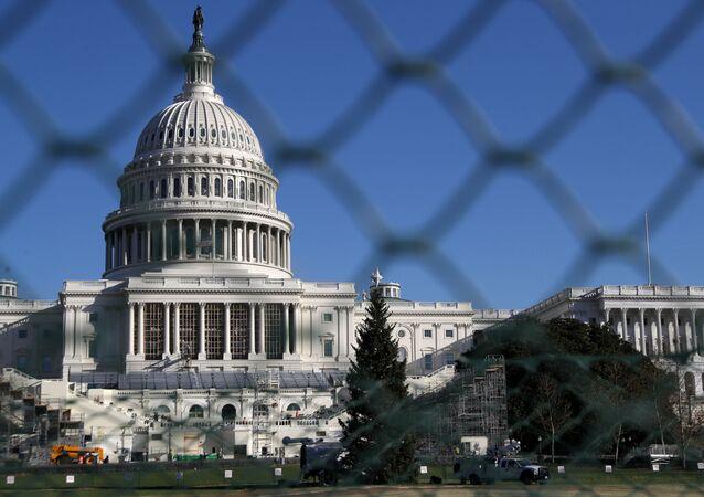 Budynek Kapitolu za ogrodzeniem w Waszyngtonie