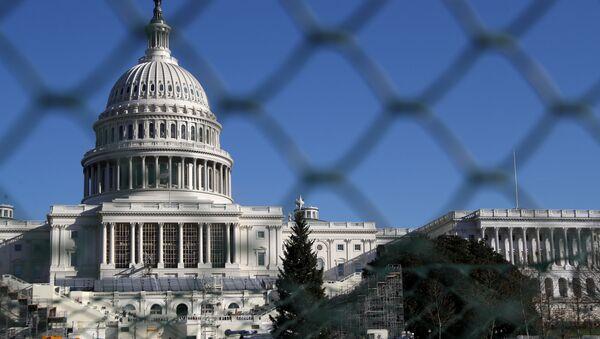 Budynek Kapitolu za ogrodzeniem w Waszyngtonie - Sputnik Polska