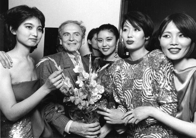Słynny francuski projektant mody Pierre Cardin wśród chińskich modelek w Pekinie