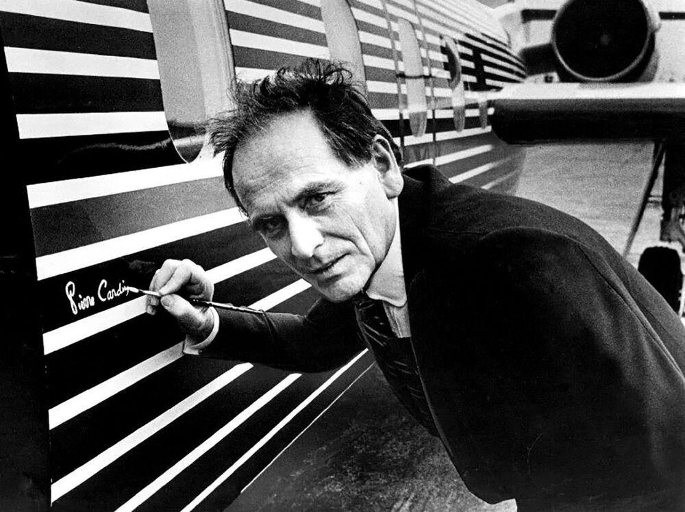 Projektant mody Pierre Cardin umieszcza swój podpis na samolocie