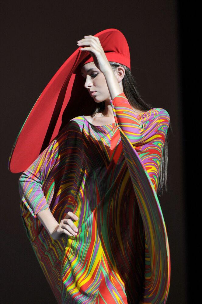 Pokaz mody nowej kolekcji odzieży projektanta Pierre'a Cardina w Państwowym Pałacu Kremlowskim