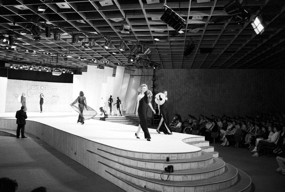 Pokaz mody francuskiego projektanta mody Pierre'a Cardina