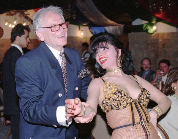 Słynny francuski projektant mody Pierre Cardin z tancerką w Jordanii, 1996 rok  - Sputnik Polska