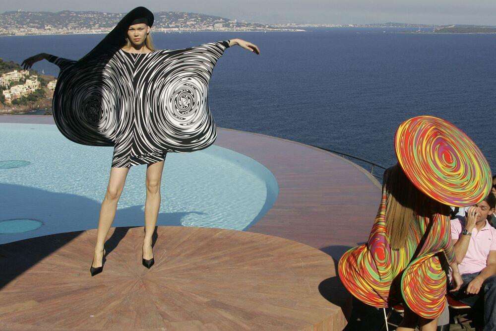 Modelki w sukienkach francuskiego projektanta Pierre'a Cardina, 2008 rok