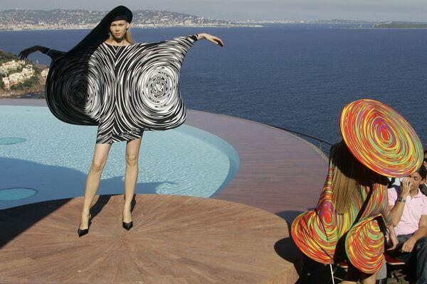Modelki w sukienkach francuskiego projektanta Pierre'a Cardina, 2008 rok  - Sputnik Polska