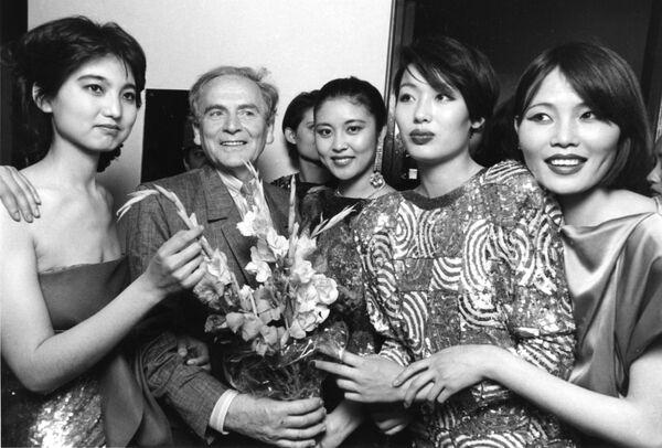 Słynny francuski projektant mody Pierre Cardin wśród chińskich modelek w Pekinie - Sputnik Polska