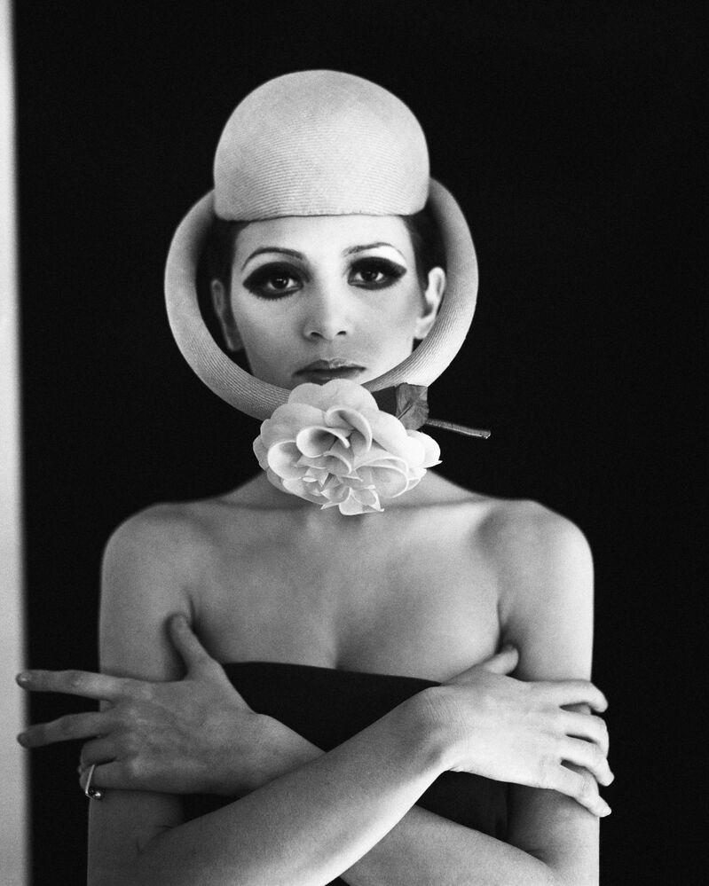 Modelka w nakryciu głowy francuskiego projektanta Pierre'a Cardina, 1968