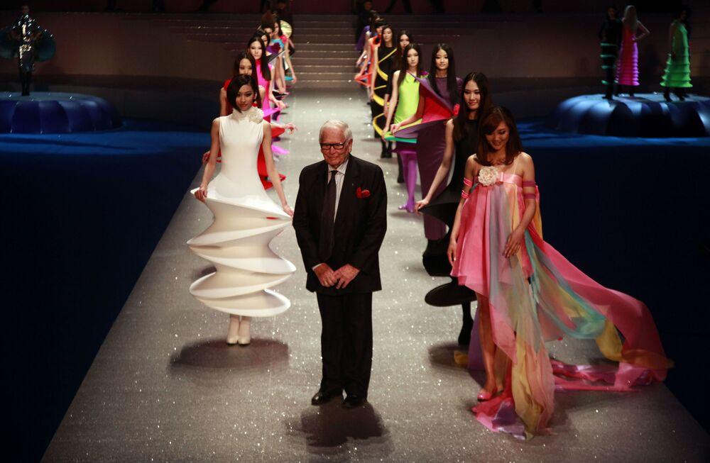 Francuski projektant mody Pierre Cardin wśród modelek na zakończeniu swojego pokazu mody Palais Lumiere w Pekinie, 2012 rok