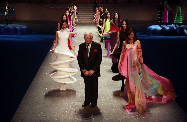 Francuski projektant mody Pierre Cardin wśród modelek na zakończeniu swojego pokazu mody Palais Lumiere w Pekinie, 2012 rok - Sputnik Polska