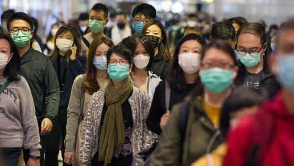 Pasażerowie w maskach medycznych na przejściu metra w Hongkongu - Sputnik Polska