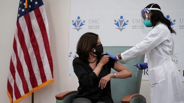 Wiceprezydent elekt USA Kamala Harris otrzymała szczepionkę przeciwko koronawirusowi - Sputnik Polska